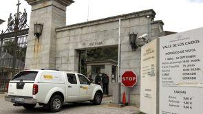 (23-04-18) Patrimonio impide la entrada de los familiares para no entorpecer el trabajo de los técnicos en las exhumaciones del Valle de los Caídos