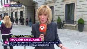 (31-05-18) Susanna Griso ejerce como reportera a pie de calle en la puerta del Congreso para narrar la 4ª moción de censura de la democracia