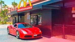 Cómo reaccionan en McDonalds al ver un niño en un Ferrari [Logan G]
