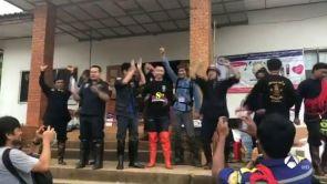 """(11-07-18) Euforia en Tailandia por lograr """"lo imposible"""": salvar a los 12 niños y su monitor atrapados en la cueva"""