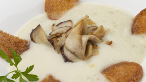 Crema de coliflor y nabo con hongos salteados y bizcocho de castañas