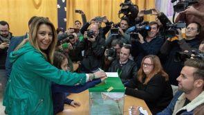 (02-12-18) Dos apoderados de Vox increpan a Susana Díaz al acudir a votar