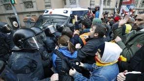 Especial laSexta Noticias: Tensión entre manifestantes y Mossos en las inmediaciones de la Delegación del Gobierno en Barcelona