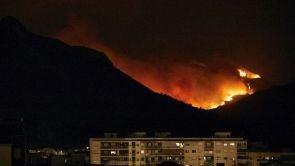 (08-08-18) El incendio de Llutxent llega sin control a las puertas de Gandía tras arrasar 3.000 hectáreas y varias casas