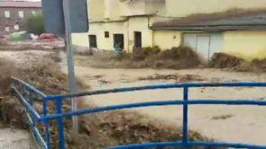 (09-09-18) Una mujer luchando por mantenerse agarrada a una ventana para no ser arrastrada: la impactante imagen que muestra devastadora riada en Cebolla