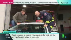 """(11-10-18) Un bombero nos enseña a reaccionar dentro de un coche ante una riada: """"Hay que intentar salir por la ventanilla contraria a la corriente"""""""