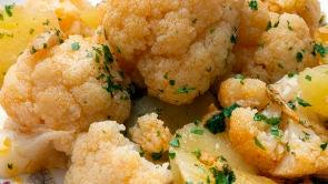 Coliflor con patatas al pimentón y bizcocho vegano de almendra