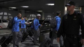 (05-12-18) La plantilla de Boca Juniors aterriza en Madrid entre fuertes medidas de seguridad