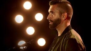 Keunam imita a Juanes, Rosana y Maluma en 'Hábito de ti' de Vanesa Martín