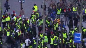 """(08-12-18) La Policía arresta a 700 personas y carga usando gases lacrimógenos en París contra los """"chalecos amarillos"""""""