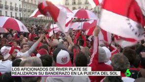 (09-12-18) El espectacular 'banderazo' de los aficionados de River Plate en la Puerta del Sol de Madrid
