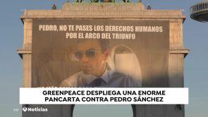 (10-12-18) Greenpeace despliega una pancarta de Sánchez en el arco de Moncloa por la venta de armas a Arabia Saudi